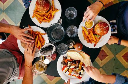 No llevar una dieta equilibrada y saltarse comidas